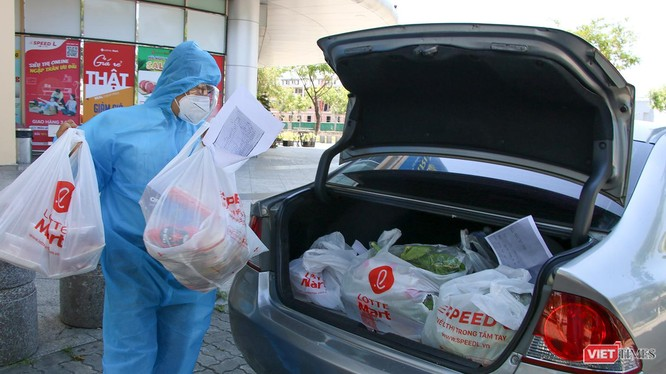 Một Shipper ở Đà Nẵng chuẩn bị hàng đi giao cho người mua
