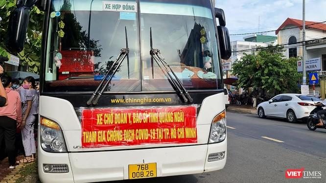 Xe chở đoàn y bác sĩ của Sở Y tế Quảng Ngãi vào TP HCM hỗ trợ các địa phương phía Nam phòng, chống dịch COVID-19.