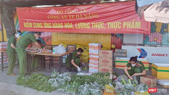 Lực lượng công an đang chuẩn bị đơn hàng tại một điểm cung ứng thực phẩm do Công an Đà Nẵng đảm nhiệm