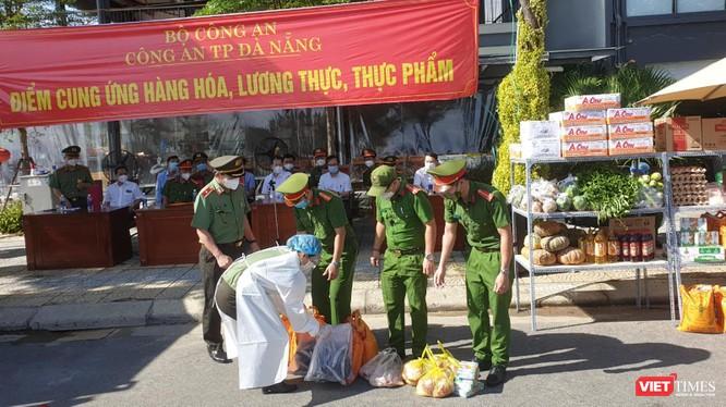 Lực lượng công an Đà Nẵng tiếp nhận các đơn hàng của người dân trong ngày đầu đưa 30 điểm cung ứng thực phẩm vào phục vụ