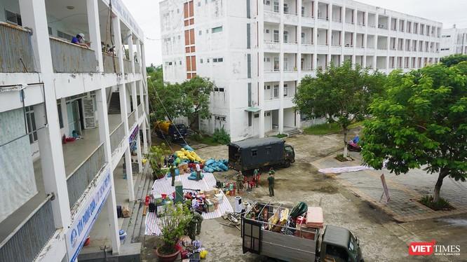 Lực lượng quân đội đang khẩn trương dọn dẹp để chuyển đổi ký túc xá thành bệnh viện dã chiến 2.000 giường ở Đà Nẵng