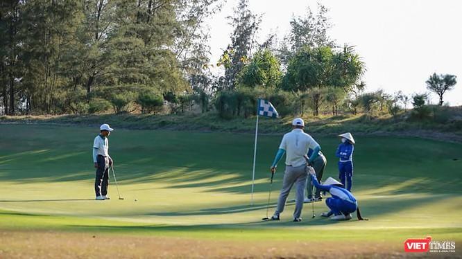 Các golfer chơi golf trên địa bàn