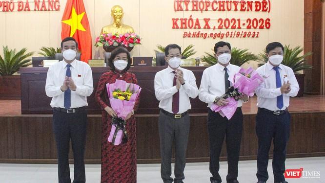 Ông Trần Phước Sơn và bà Ngô Thị Kim Yến được tặng hoa sau khi công bố kết quả bầu chức danh Phó Chủ tịch UBND TP Đà Nẵng tại kỳ họp thứ 3, HĐND TP Đà Nẵng khoá X
