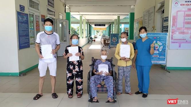 Bệnh nhân N.T.B (BN292701, SN 1920) (người ngồi), cùng các bệnh nhân khác tại buổi xuất viện sáng ngày 1/9.