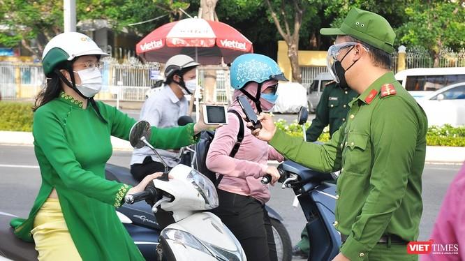 Lực lượng công an Đà Nẵng kiểm tra giấy đi đường của người dân thông qua ứng dụng eTicket-DaNang.