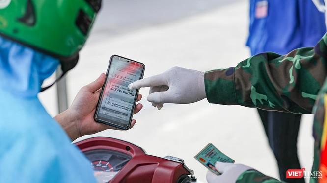 Tại các chốt kiểm dịch, cán bộ Công an sẽ đối chiếu thông tin công dân khai báo trên hệ thống và xác nhận thông tin công dân.