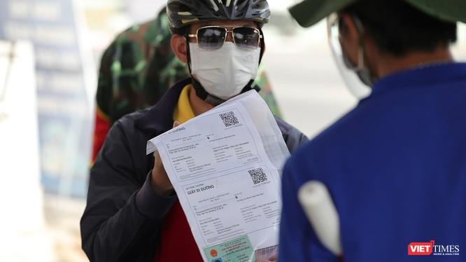 Người dân Đà Nẵng sử dụng giấy đi đường QRCode khi qua chốt kiểm soát