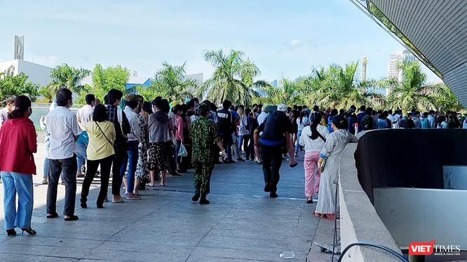 Người dân Đà Nẵng xếp hàng tiêm vaccine phòng COVID-19 phía bên ngoài điểm tiêm cung thể thao Tiên Sơn (quận Hải Châu)