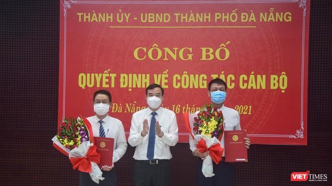 Ông Lê Trung Chinh - Chủ tịch UBND TP Đà Nẵng trao hoa chúc mừng ông Nguyễn Hà Nam (bìa phải) và ông Nguyễn Hà Bắc (bìa trái) nhận nhiệm vụ mới