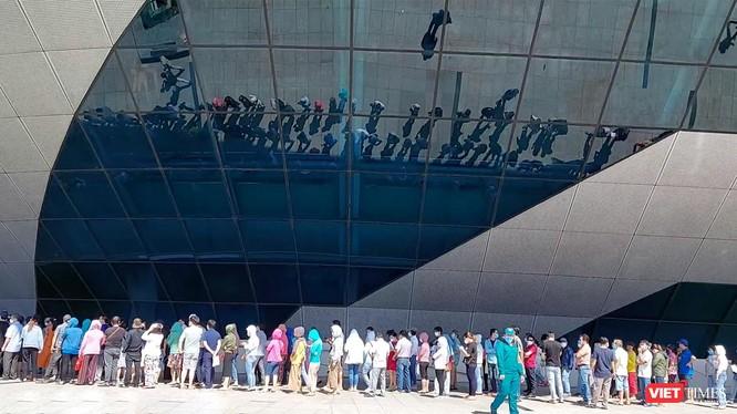 Người dân Đà Nẵng xếp hàng bên ngoài Cung thể thao Tiên Sơn để tiêm vaccine phòng COVID-19 (ảnh Thế Anh)