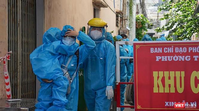 Lực lượng y tế sơ tán người dân tại điểm dân dư phát hiện ca mắc COVID-19 mới trên địa bàn TP Đà Nẵng