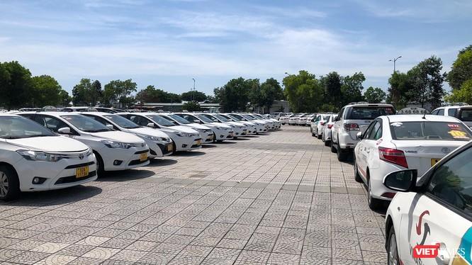 Xe taxi ở Đà Nẵng bỏ bãi, phơi mưa nắng do ảnh hưởng của dịch COVID-19