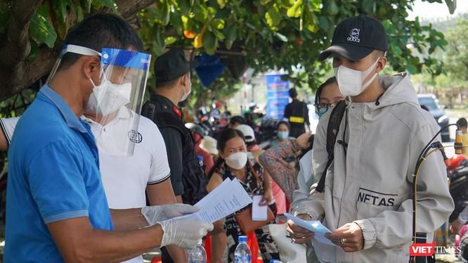 Người dân từ các địa phương làm thủ tục đi vào TP Đà Nẵng tại các chốt kiểm soát phòng dịch COVID-19