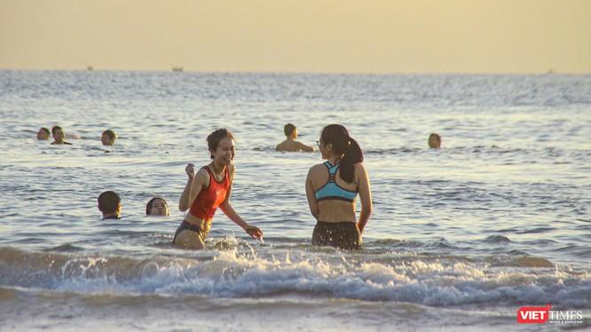 Sáng ngày 30/9, người dân Đà Nẵng đã được đi tắm biển sau 2 tháng giãn cách xã hội theo Chỉ thị 05/CT-UBND của Chủ tịch UBND TP