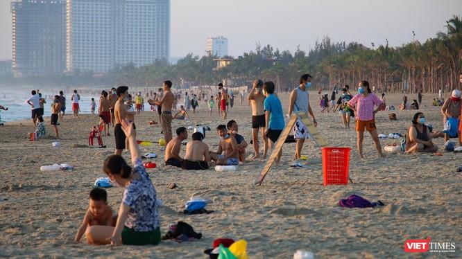 Người dân đi tắm biển sau khi lệnh nới lỏng giãn cách được áp dụng (ảnh minh hoạ)