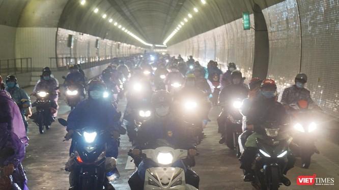 Tối ngày 6/10, hàng ngàn xe máy của người dân từ miền Nam về quê đã được đi trực tiếp qua hầm Hải Vân