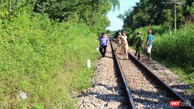 Công an huyện Vạn Ninh đang tiến hành khám nghiệm hiện trường và truy bắt đối tượng.