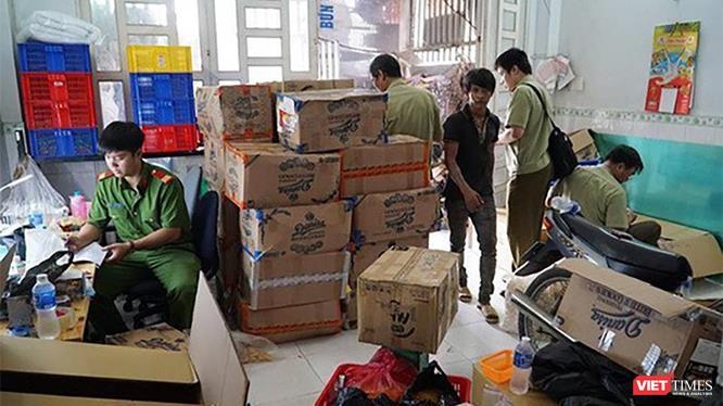 Lực lượng công an đang kiểm đếm số lượng vật chứng bị bắt giữ.
