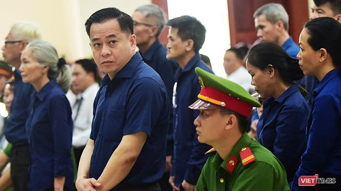 """Phiên xét xử phúc thẩm tại TP.HCM, TAND cấp cao chỉ xem xét giảm án cho 4 bị cáo. Các bị cáo đầu vụ như Vũ """"nhôm"""", Trần Phương Bình bị tuyên y án sơ thẩm."""