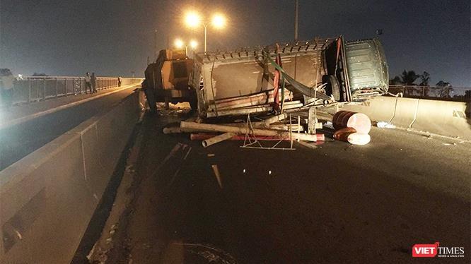 Chiếc xe tải lật ngang giữa đường khi đang đổ dốc cầu Phú Mỹ thuộc địa bàn quận 2 khiến giao thông trên trục huyết mạch từ quận 7 sang quận 2 gần như tê liệt đêm qua (11/6/2019)