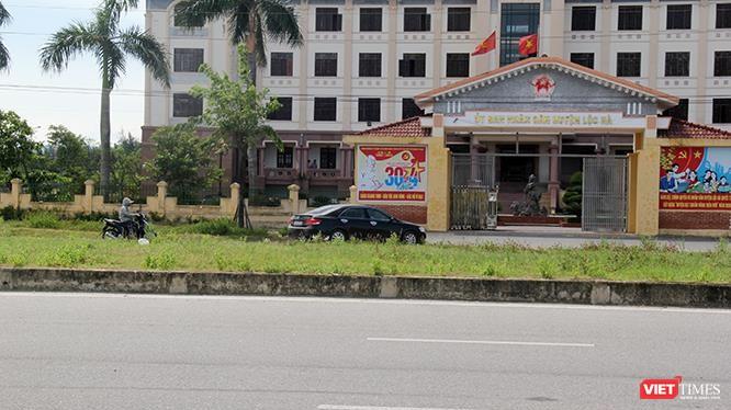 Đây chỉ là một trong số hàng chục chiếc ô tô đi theo luật giao thông không giống ai ở huyện Lộc Hà chiều ngày 17/6/2019.