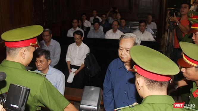 Các bị cáo Nguyễn Hữu Tín và Đào Anh Kiệt trong vòng vây của cảnh sát bảo vệ tại tòa. Ảnh: GVT.