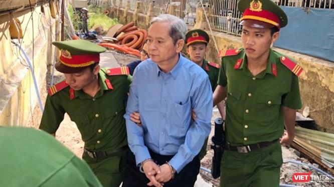 Ông Nguyễn Hữu Tín được dẫn giải rời tòa về trại giam sau khi bị tuyên phạt 7 năm tù giam. Ảnh:GVT.