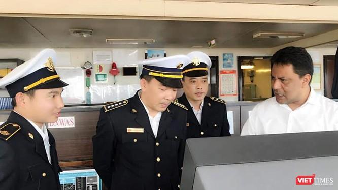 TS. Nguyễn Lương Tâm (đứng giữa) đang kiểm tra công tác phòng dịch tại cảng Vũng Áng (Hà Tĩnh).