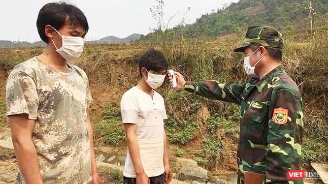 """Được tin """"mật báo"""" từ hai người vợ trẻ, cán bộ biên phòng cắm chốt Khu Chu Lìn tổ chức """"đón"""" hai công dân trên đường biên giới khá nhanh chóng rồi đưa đi... cách ly ngay. Ảnh: Lê Thanh Cường."""