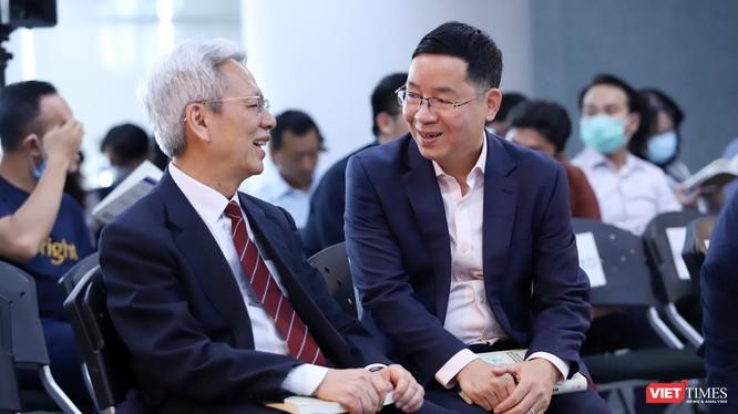 Tiến sĩ Nguyễn Sĩ Dũng (nguyên Phó chủ nhiệm Văn phòng Quốc hội), và Tiến sĩ Vũ Thành Tự Anh (Giám đốc Trường Chính sách Công và Quản lý Fulbright), thành viên Tổ tư vấn kinh tế của Thủ tướng tại toạ đàm. Ảnh: Nguyễn Luân.