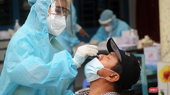 Lấy mẫu xét nghiệm dịch mũi để rà soát dịch Covid tại phường 1, Quận Bình Thạnh, TP.HCM sáng ngày 6/7/2021. Ảnh: GVT