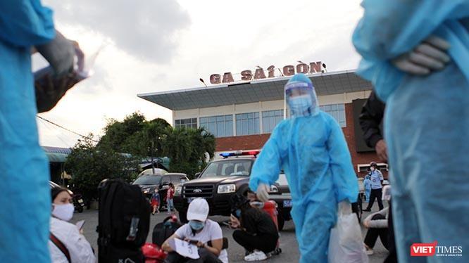 Đêm 24/7/2021, tỉnh Hà Tĩnh tổ chức chuyến tàu đầu tiên đón 788 công dân từ TP.HCM trở về quê nhà, góp phần giảm tải cùng TP.HCM chống dịch. Ảnh: GVT.
