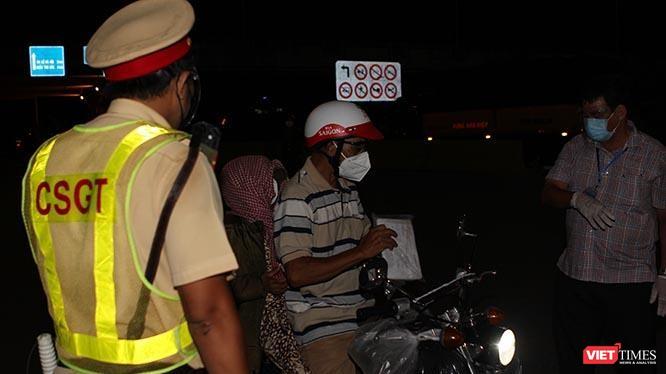 Một người dân được lực lượng liên ngành nhắc nhở, giải thích lúc 18h45' ngày 26/7 tại chống kiểm soát liên ngành trên đường Đỗ Xuân Hợp, TP Thủ Đức (TP.HCM). Ảnh:GVT.