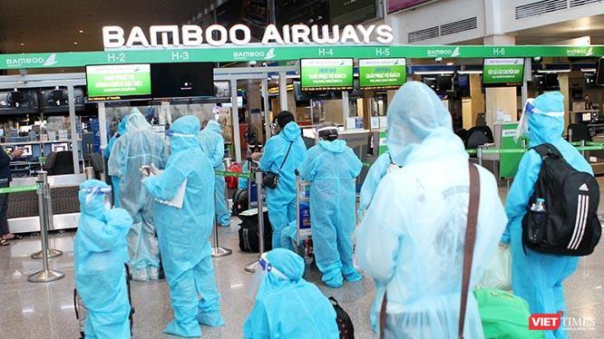 Chi phí 5 chuyến bay đón công dân từ TP. Hồ Chí Minh và các tỉnh phía Nam có nguyện vọng trở về Hà Tĩnh được trích từ Quỹ Phòng, chống dịch COVID-19 tỉnh. Tập đoàn FLC thông qua Hãng Hàng không Bamboo Airway hỗ trợ giảm 50% chi phí (tương ứng số tiền 1,3 tỷ đồng). Ảnh: GVT.