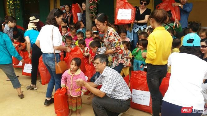 Đồng chí Nguyễn Hoàng Học, Chủ tịch công đoàn cơ quan Bộ đã trao quà cho các cháu và nhà trường. Ảnh: Anh Quang
