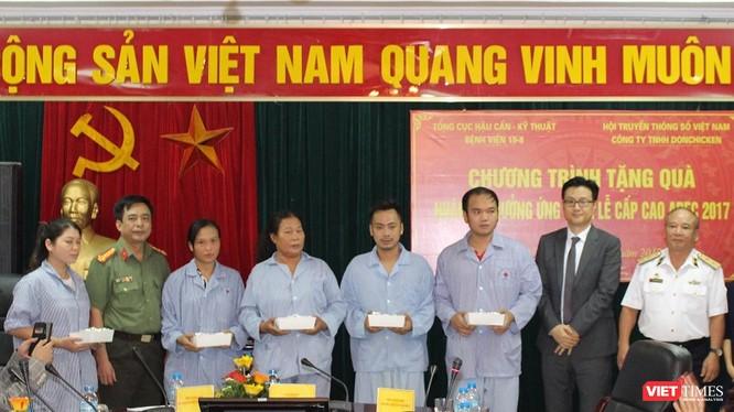 Ông Kim Dong Ji (áo đen) và Trung tướng Nguyễn Văn Tình (áo trắng) thay mặt Ban tổ chức trao quà cho các bệnh nhân. Ảnh: Thuần Phong