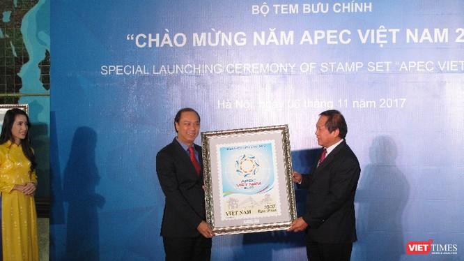 Bộ trưởng Bộ TT&TT trao tặng tem cho Thứ trưởng Bộ Ngoại giao Nguyễn Quốc Dũng. Ảnh: Ánh Dương.
