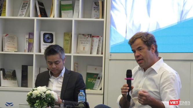 Tổng Giám đốc Kinh doanh Uber châu Á - Thái Bình Dương Brooks Entwistle tại buổi nói chuyện. Ảnh: Ánh Dương