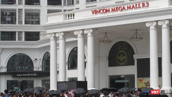 Hàng ngàn bạn trẻ xếp hàng đứng đợi để vào store H&M. Ảnh: Trần Huyền