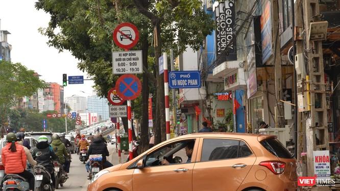 Biển cấm trên đường Láng Hạ không ngăn được các taxi công nghệ hoạt động. VietTimes