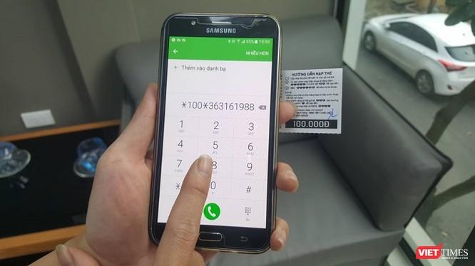 Hàng ngàn người dân đổ xô đi nạp thẻ điện thoại trước ngày hạn mức khuyến mại giảm chỉ còn 20%. Ảnh: Việt Anh