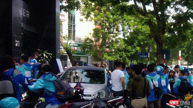 Đoàn người tập trung trước trụ sở Uber (Vạn Bảo - Hà Nội) chiều 8/4 để cùng nhau tuần hành,chia tay Uber.