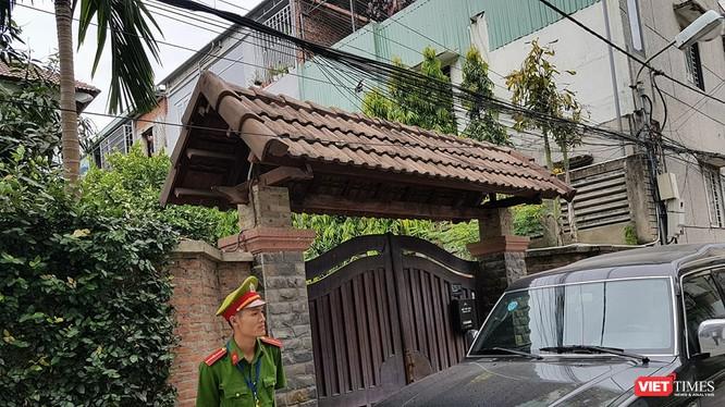 Công an mặc sắc phục, đi xe biển xanh đã có mặt trước nhà ông Trần Văn Minh sáng 18/4