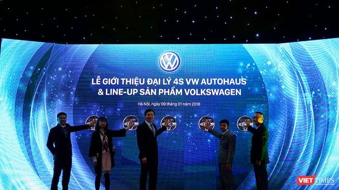 Đại diện các bên cùng làm lễ ấn nút tượng trưng đánh dấu sự hoạt động của đại lý 4S VW AutoHaus Phạm Văn Đồng (Ảnh: Ngô Minh)