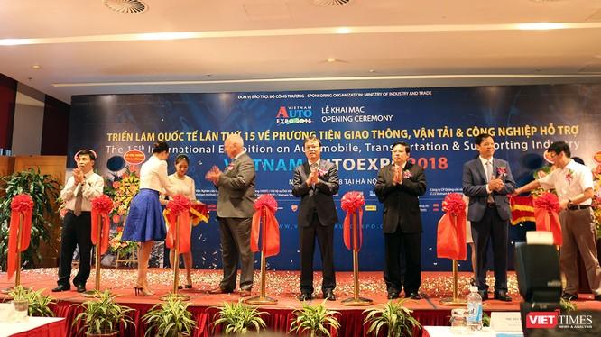 Đại diện các Bộ ngành cắt băng khai trương triển lãm Vietnam AutoExpo 2018.