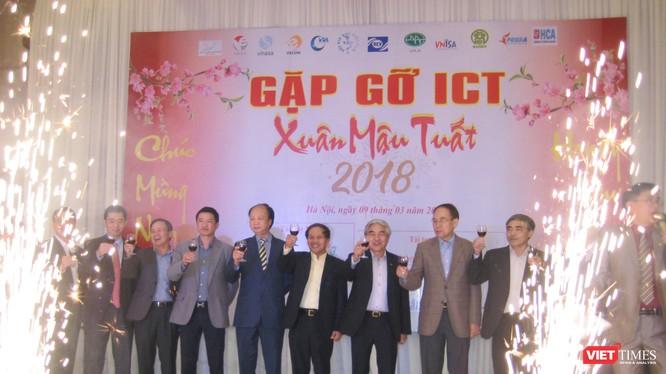 Lãnh đạo các hội, hiệp hội CNTT-TT cùng chúc rượu đầu năm tại chương trình Gặp gỡ ICT Mậu Tuất