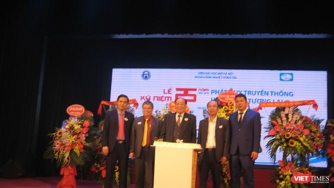 5 thế hệ lãnh đạo của Khoa CNTT Viện Đại học Mở Hà Nội. GS Thái Thanh Sơn (đứng giữa), trưởng khoa đầu tiên. TS Trương Tiến Tùng (bên trái), Viện trưởng Viện Đại học Mở Hà Nội