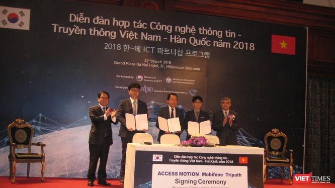 Bộ trưởng You Young Min và Thứ trưởng Nguyễn Minh Hồng chứng kiến sự ký kết hợp tác của Access Montion (Hàn Quốc) với 2 đối tác Việt Nam là Mobifone và Tripath