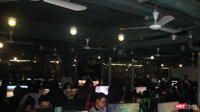 Các game thủ tại một tụ điểm chơi game online ở Hà Nội.