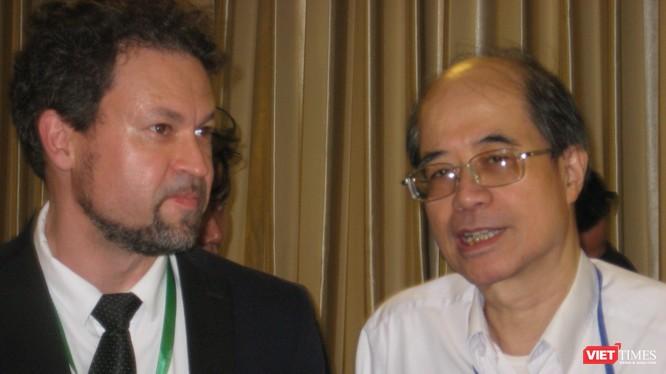Ông Nguyễn Viện Hải - Phó viện trưởng Viện Nghiên cứu Công nghệ VINASA (bên phải) và ông Sergey Polyakov - trưởng đoàn doanh nghiệp CNTT của Nga tại Vietnam Expo 2018